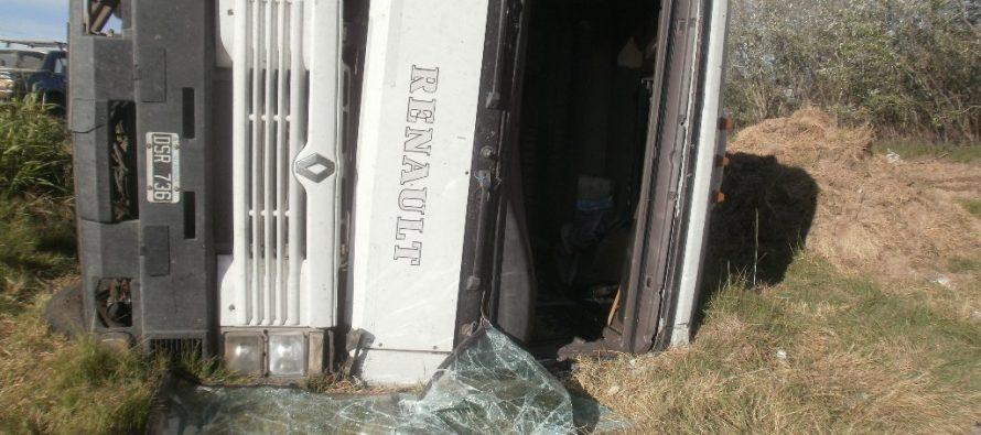 Volcó un camión sobre ruta 158 pero  sólo hubo daños materiales