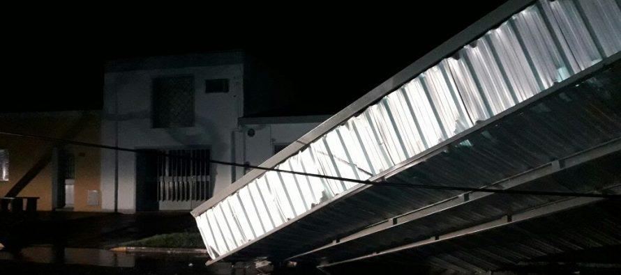 La fuerte tormenta  del domingo produjo voladuras de techos, accidentes y corte de energía