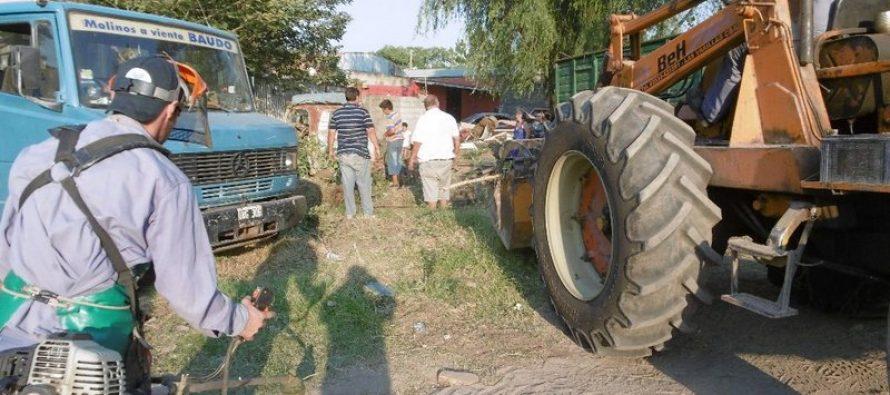 Desalojo de chatarra, vehículos y basura en campamento gitano