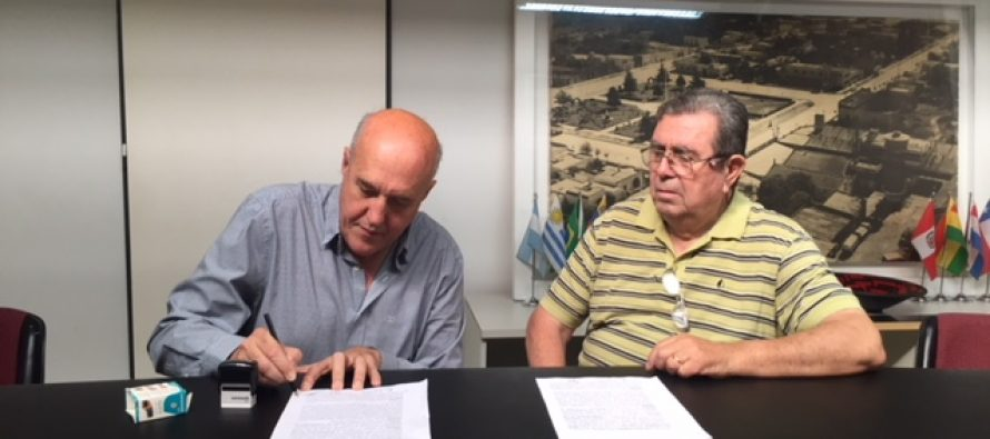 Firma de boleto de compra-venta para terreno del futuro Corralón Municipal