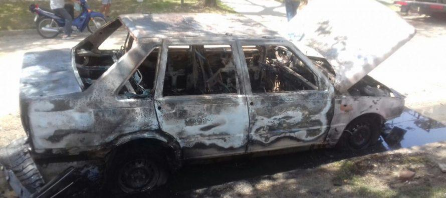 Ardió un  vehículo en Barrio Santa Ana