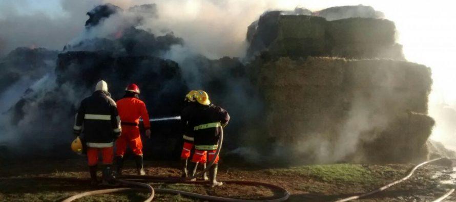 Impresionante incendio de fardos en la zona rural