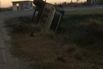 Tumbó un camión cargado con tierra. No hubo lesionados