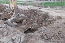 Una máquina de la  empresa que realiza obras de desagüe en Las Varillas rompió accidentalmente un a cañería de gas