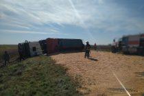 Un camión perdió gran parte de su carga de cereal tras un accidente en la Ruta 3
