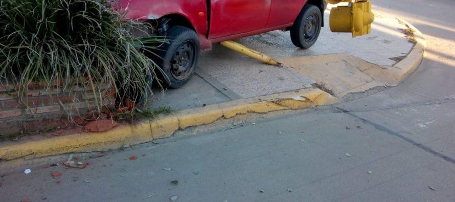Un automóvil arrancó un  semáforo en un  choque y se denunció otro arrebato