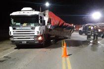 Camionero se queda dormido e impacta con otro camión que estaba estacionado.