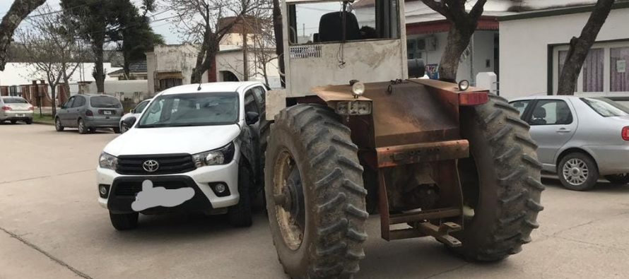 Choque de un tractor contra una camioneta en Alicia. Daños materiales