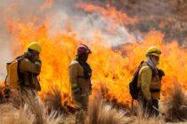 Una dotación de bomberos de Las Varillas combate incendio en Capilla del Monte