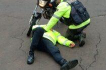 Una inspectora de tránsito fue atropellada por un motociclista que huía de una reunión prohibida