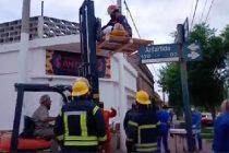 Bomberos bajaron por una terraza a una mujer que se cayó en una escalera de su vivienda