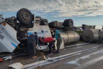 Impactante vuelco de un camión lechero en la ruta 17